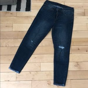 Skinny jeans with raw hem and distressed detail